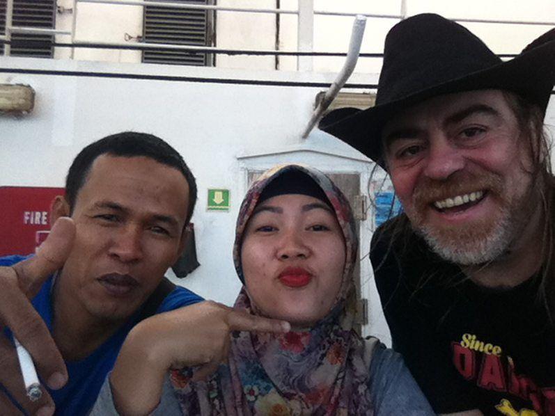 Robi y Fitri en cubierta, falta menos para llegar a Yakarta