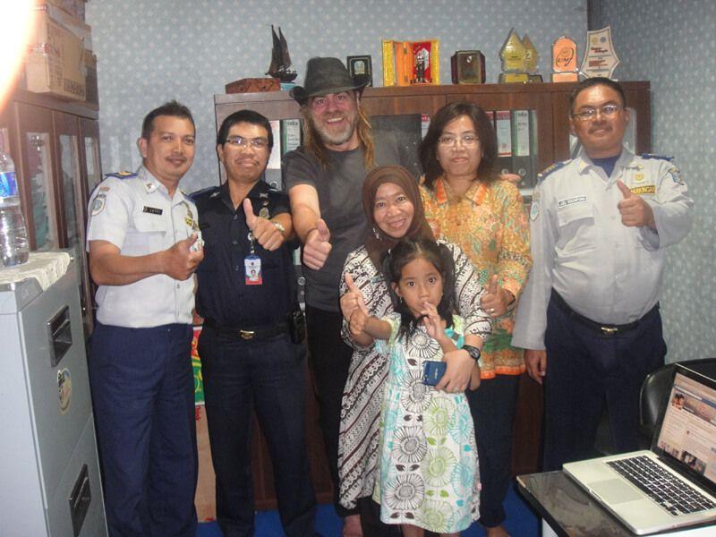 Yuni, Pandu, Endang, Lisa, Lutfi, Joeli y Galung, los oficiales que me ayudaron a buscar el móvil en Surabaya.
