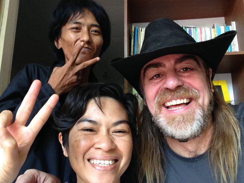 Piyo y Barack en su casa de Makassar por la mañana