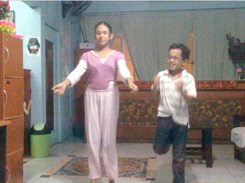 Sarah y Yasin bailando en el hostel