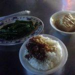 La cena a base de arroz con cerdo, tofu y verduras