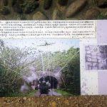 Cartel explicando los agujeros de bala del puente
