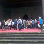 Público congregado a la entrada del Chiang Kai-shek M. H.