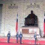 El cambio de guardia, frente a la estatua de Chiang Kai-shek