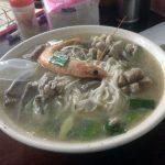Plato típico taiwanés con carne, marisco y noodles