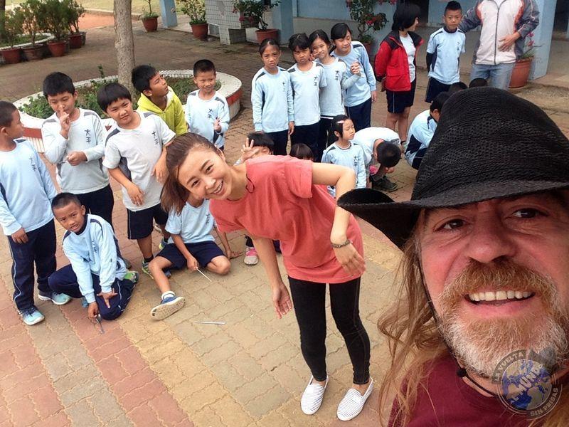 Sandra y algunos alumnos de la escuela