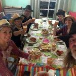 La mesa dispuesta y homenaje al sombrero