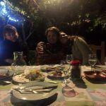 La cena terminada y unas invitadas