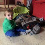 Thiago investigando mi mochila