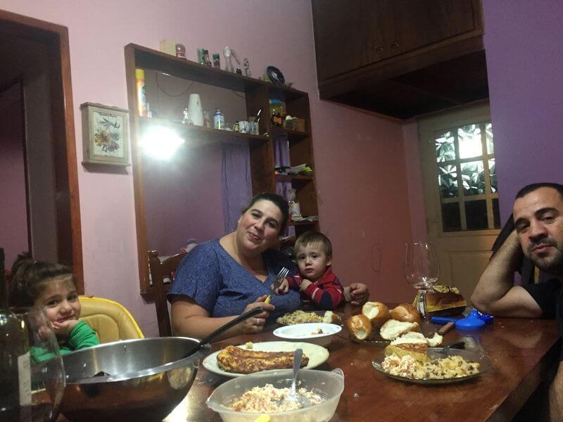 Yanina con el pequeño Thiago en la cena